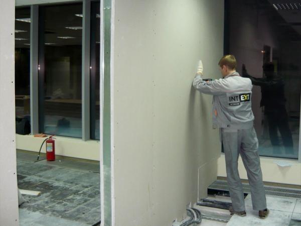 Для разделения помещения на несколько комнат часто используются гипсокартонные перегородки