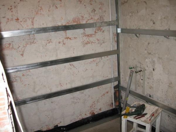 Металлическая обрешетка является более надежной конструкцией, не подвергающейся коррозии в отличие от деревянной