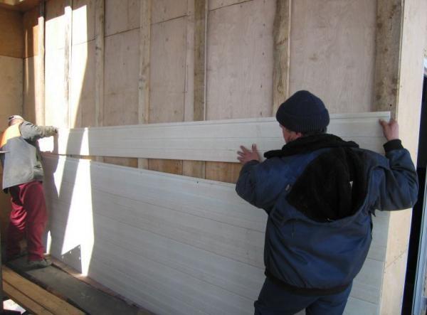 Перед установкой сайдинга нужно очистить стены от плесени и лишних деталей