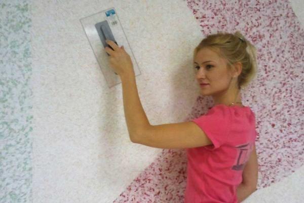 Перед нанесением на стены жидких обоев прогрунтуйте поверхность - это значительно сэкономит их расход