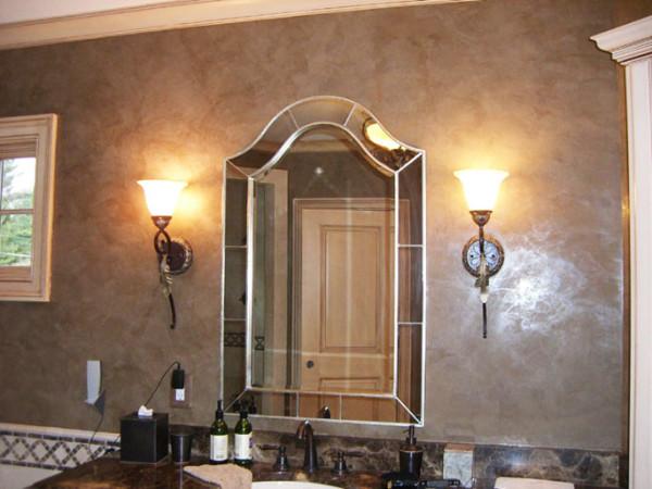 Стены отделаны декоративной штукатуркой