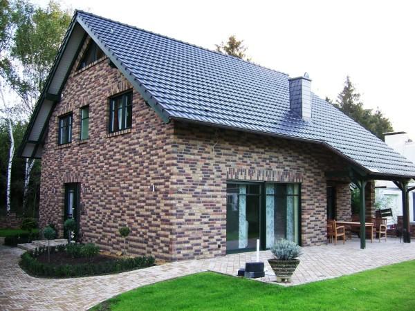 Фасадные материалы делятся на сухие - метод их крепления гвозди и саморезы, и мокрые -предполагают использование клеевых веществ
