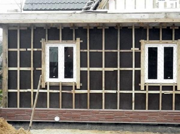 Каркас под сайдинг устанавливается для выравнивания поверхности, вентиляции и возможности утепления
