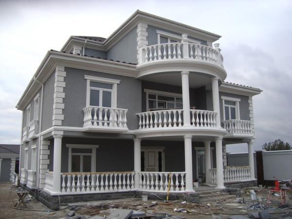 Фасадный декор подразумевает не только облицовку стен, но и украшение с помощью декоративных элементов
