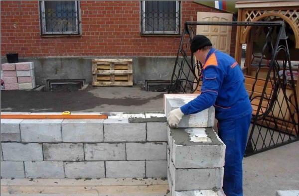 При кладке пеноблоков используют цементный раствор и специальный клей