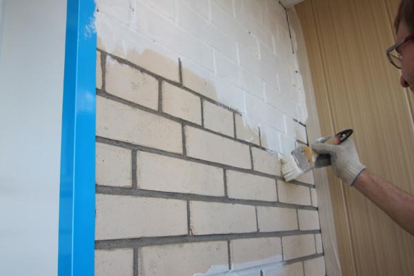 Покрасить кирпич на балконе без предварительного выравнивания штукатуркой можно в том случае, если кирпич не имеет дефектов и сколов и трещин