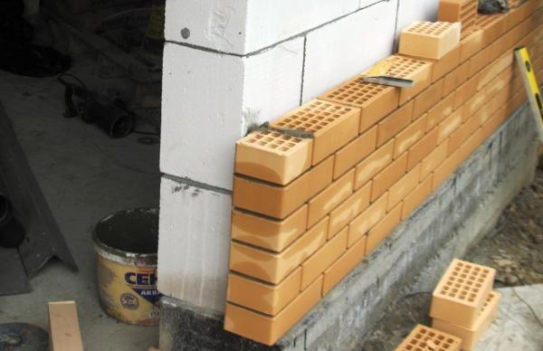 Наиболее распространенный материал для облицовки пенобетонных стен - отделочный кирпич