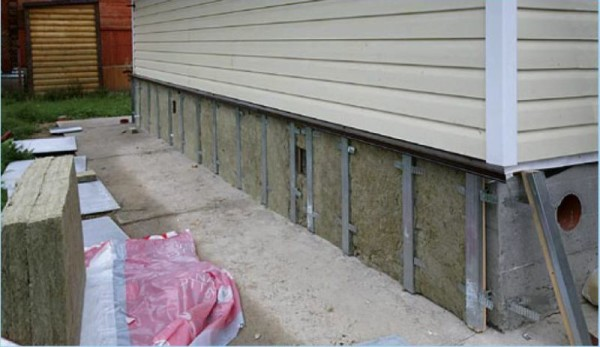 Под цокольную часть дома лучше делать металлическую обрешетку, так как там как правило высокая влажность