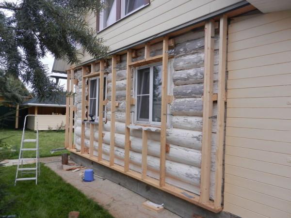 Обрешетка устанавливается для выравнивания стен, создания вентилируемого фасада, закладки теплоизоляции