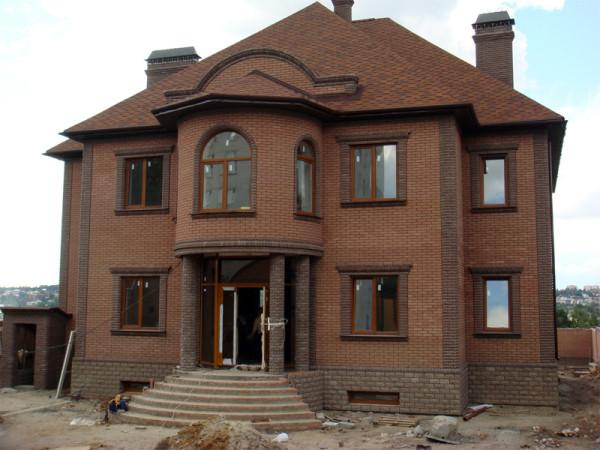 Применяются различные материалы для оформления фасада здания
