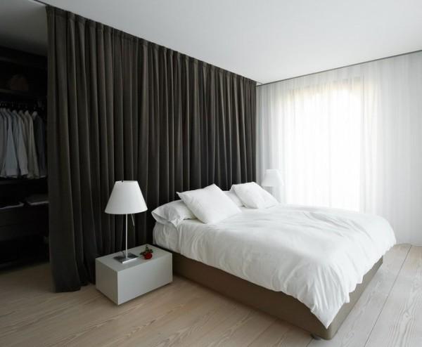 Перегородка из шторы или ткани - дешевый и простой вариант разделения помещения