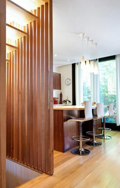 Благодаря неповторимой структуре конструкции из дерева всегда облагораживают помещение