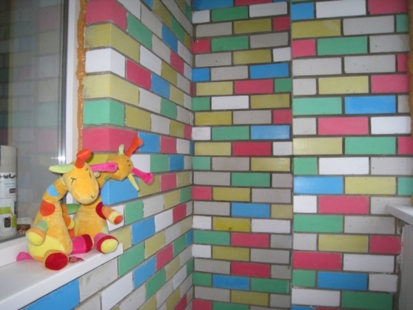 Декоративной покраской кирпича можно добиться самых неожиданных результатов