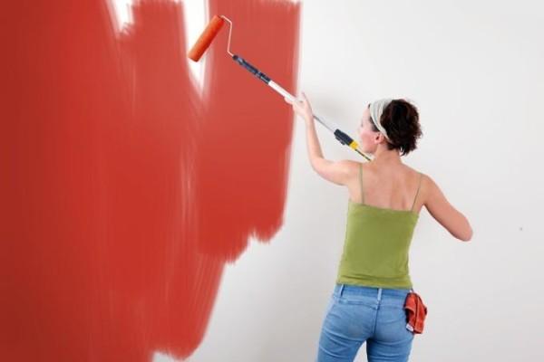 Самостоятельно покрасить стену в доме не составит большого труда