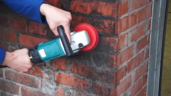 Перед покраской стену следует отшлифовать