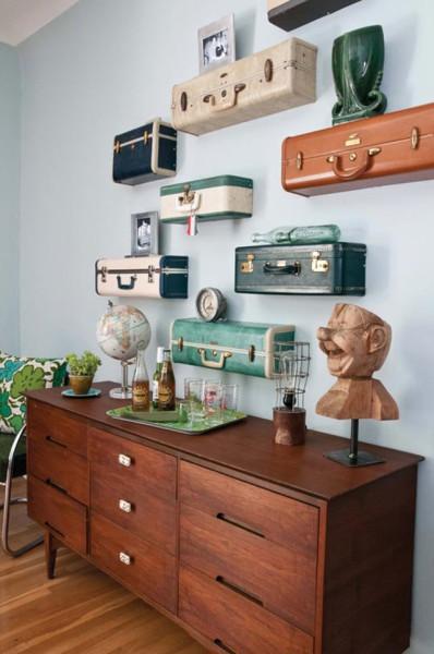 Старые чемоданы выполняют декорирующую роль полок