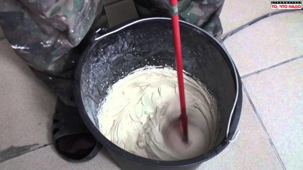 Водоэмульсионка смешивается строительным миксером или вручную в резиновых перчатках