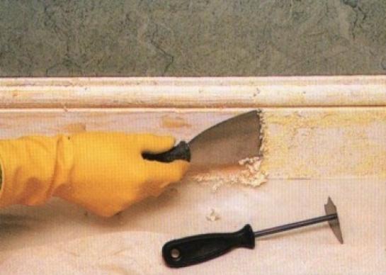 Для удаления краски можно применить жидкое стекло: в этом случае оно стягивает краску и в дальнейшем легко убирается вместе с ней