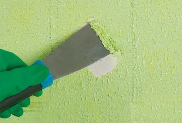 Необходимость удаления старой краски обусловлена тем, что последующие слои шуткатурки, новой краски или обоев будут иметь с ней плохую адгезию