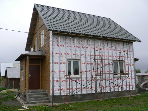 Если планируется утепление сайдинга, то перед началом работ на стену наносится пароизоляционная пленка