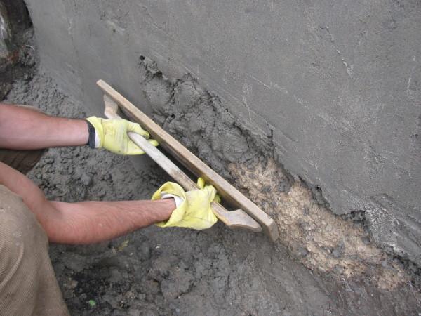 Перед нанесением фасадной шпаклевки стены нужно выровнять песчано-цементным раствором