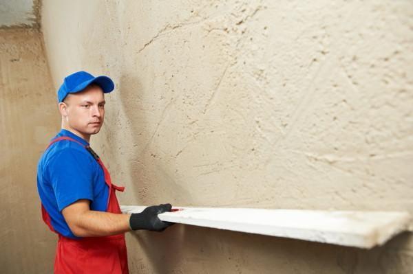 Выравнивание стен штукатуркой достаточно простой процесс