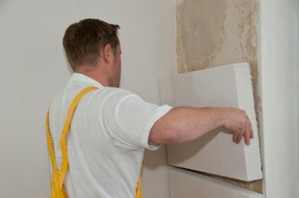 Клеим листы пенопласта к стене с помощью специального клея