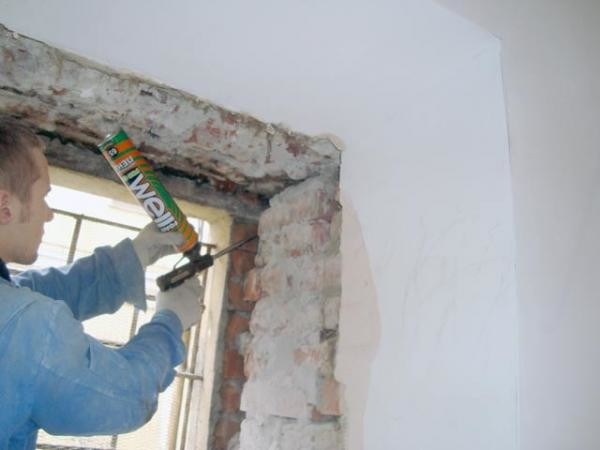Большие щели в кирпичной кладке можно заполнить монтажной пеной