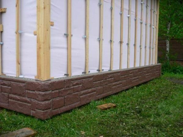 Фундаментный сайдинг применяется для защиты и утепления цоколя дома