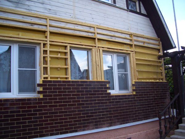 Укладка фасадных панелей на дом