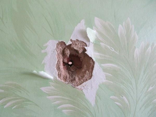 Чем замазать дыры в стене