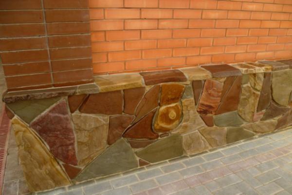 Гальтованный камень в цоколе дома