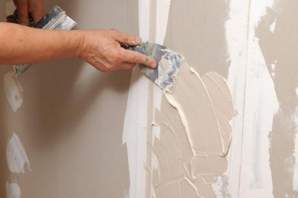 Тщательно выравниваем и шпаклюем стены перед покраской