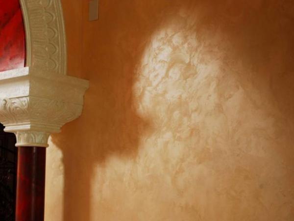 Стена, окрашенная декоративной краской