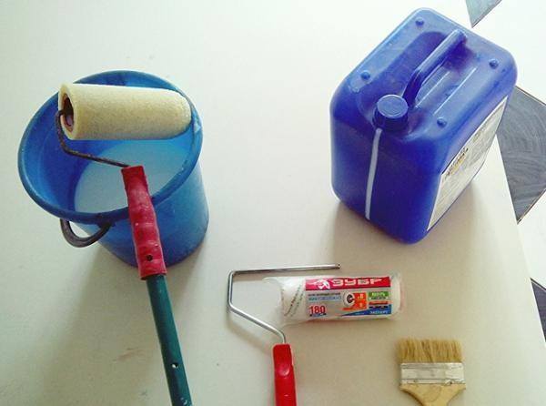 Набор инструментов, которые понадобятся при грунтовке стен