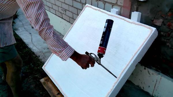 Клеим пенопласт с помощью монтажной пены