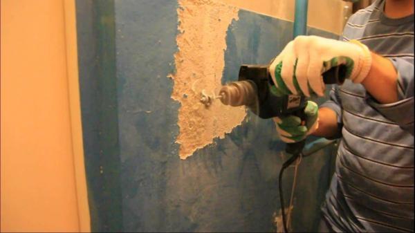 Удаление старой масляной краски с помощью дрели с насадкой