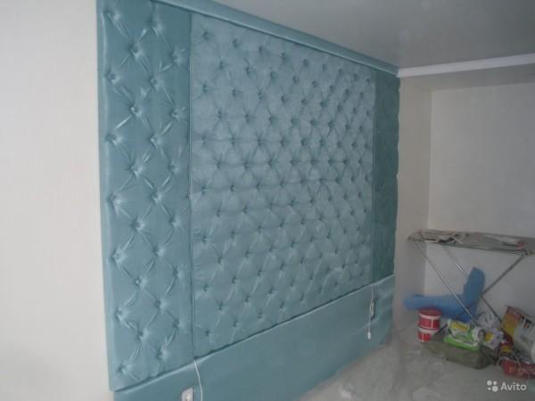 Такие стены обычно делают в детских и у кровати в спальной