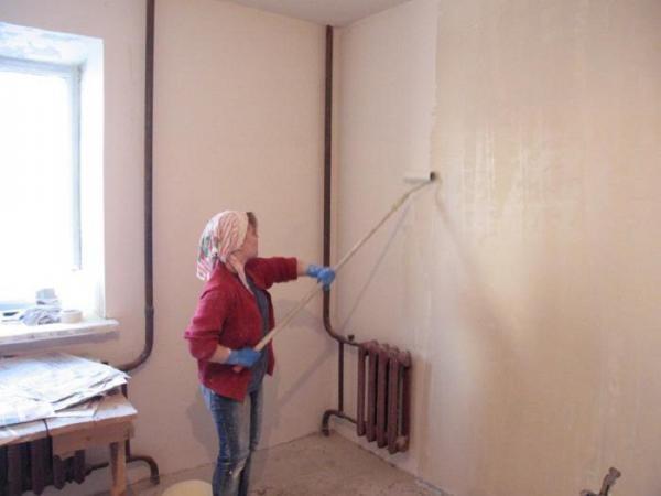Грунтование стены перед покраской