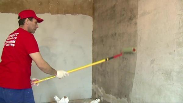 Грунтовка стен позволяет сократить расход краски при нанесении на поверхность