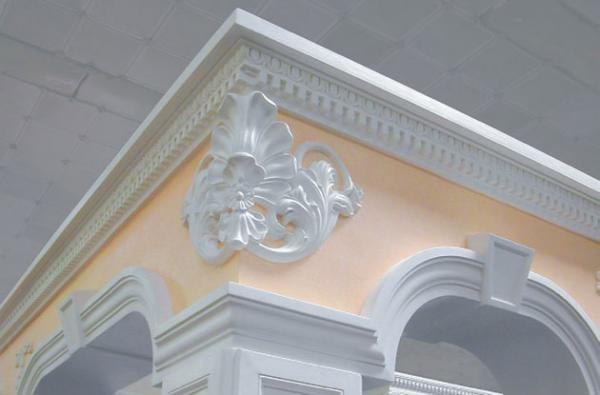 Гипсовая лепнина в фасаде здания
