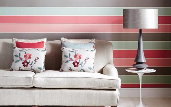Вариант оформления комнаты с помощью полосатых обоев