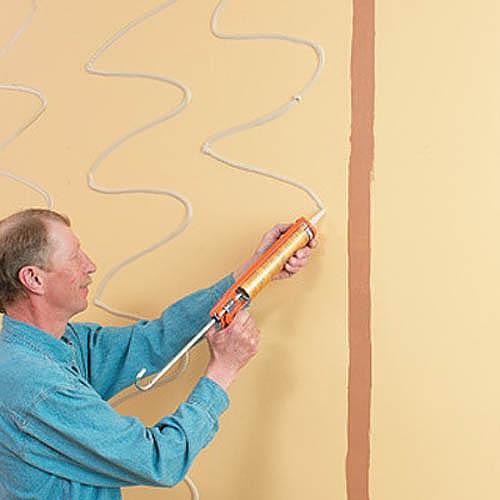 При монтаже панелей на жидкие гвозди обрешетка необязательна, но поверхность должна быть идеально ровной