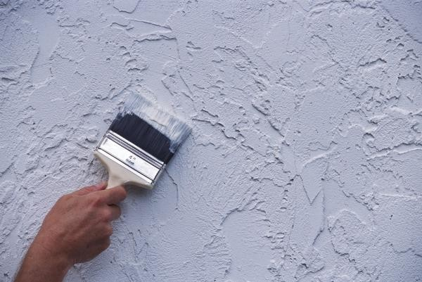 Нанесение краски на штукатурку