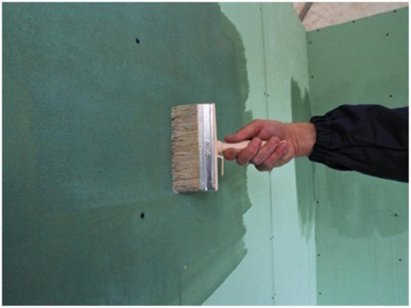 Грунтование гипсокартона перед шпаклеванием обеспечит лучшую адгезию материалов