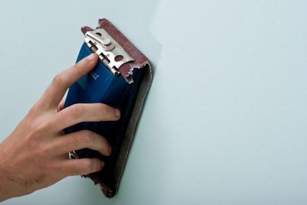 Для шлифования подсохшей шпаклевки используйте мелкозернистую наждачную бумагу