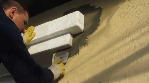 Пенопластовые элементы крепят на специальный клей