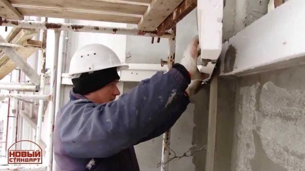 Монтаж фасадного пенопласта нужно проводить на чистую и ровную поверхность