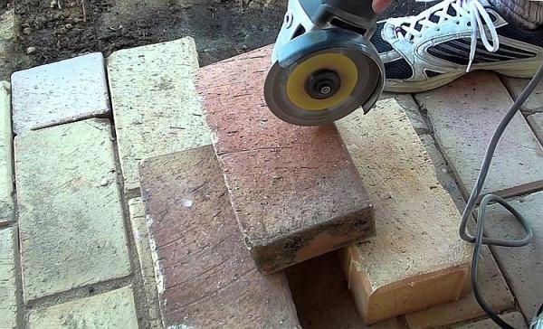 Кирпич режем с помощью болгарки и отрезных кругов по камню
