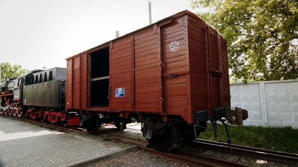 Старый вагон, отделаный вагонкой
